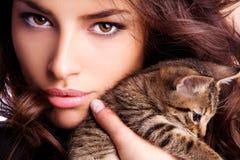 Giovane bellezza con il gattino Fotografie Stock Libere da Diritti