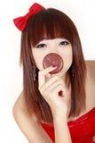 Giovane bellezza con il grafico a torta del cioccolato Fotografie Stock