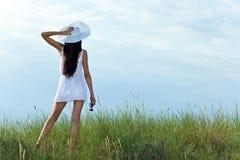 Giovane bellezza nel bianco sulla spiaggia del mare fotografia stock