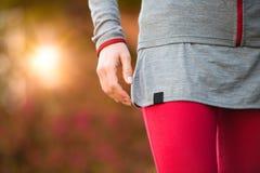 Giovane bello addestramento di allenamento del dettaglio delle mani della donna Ragazza corrente di forma fisica di autunno nello Immagine Stock