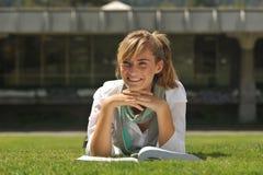 Giovane bello allievo femminile con il libro Fotografie Stock Libere da Diritti