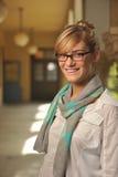 Giovane bello allievo femminile sulla città universitaria Fotografia Stock