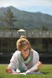 Giovane bello allievo femminile sulla città universitaria Fotografie Stock