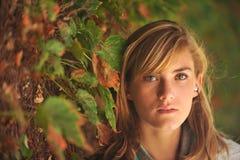 Giovane bello allievo femminile sulla città universitaria Fotografie Stock Libere da Diritti