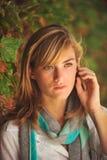 Giovane bello allievo femminile sulla città universitaria Fotografia Stock Libera da Diritti