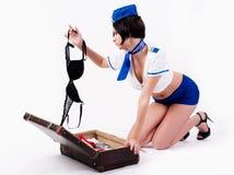 Giovane bello assistente di volo con la valigia Immagini Stock