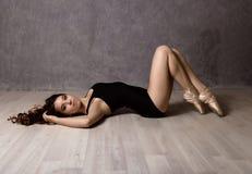 Giovane bello ballerino di balletto in scarpe del pointe, ballanti in un fondo grigio Immagini Stock Libere da Diritti