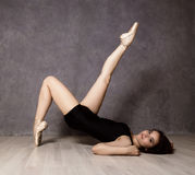 Giovane bello ballerino di balletto in scarpe del pointe, ballanti in un fondo grigio Fotografia Stock Libera da Diritti