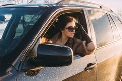 Giovane bello brunette all'interno dell'automobile fotografia stock