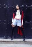 Giovane bello brunette che propone sulla via 2 Immagini Stock