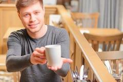 Giovane bello in caffè Fotografia Stock Libera da Diritti