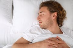 Giovane bello che dorme sul cuscino, vista superiore bedtime fotografie stock libere da diritti