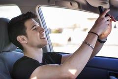 Giovane bello che parla Selfie dentro un'automobile Fotografie Stock