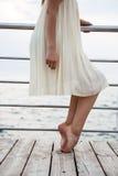 Giovane bello dancing della ballerina e posare fuori, fondo del mare Fotografia Stock