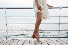 Giovane bello dancing della ballerina e posare fuori, fondo del mare Fotografie Stock Libere da Diritti