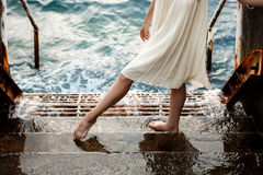 Giovane bello dancing della ballerina e posare fuori, fondo del mare Fotografia Stock Libera da Diritti
