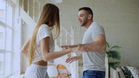 Giovane bello e ballo amoroso del rocknroll di dancing delle coppie sul letto di mattina a casa fotografia stock