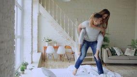Giovane bello e dancing amoroso delle coppie mentre avendo giro di a due vie sul letto di mattina a casa fotografia stock