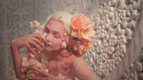 Giovane bello elfo della ragazza Trucco e bodyart creativi fotografie stock