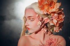Giovane bello elfo della ragazza Trucco e bodyart creativi immagine stock libera da diritti