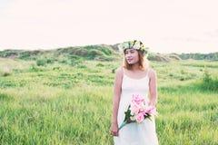 Giovane bello fiore della tenuta della donna sulle suoi mani e smiley fotografia stock libera da diritti