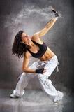 Giovane bello hip-hop atletico di danza moderna di dancing della donna Fotografie Stock