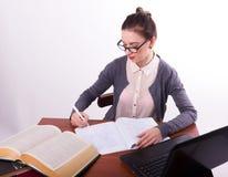 Giovane bello insegnante femminile che si siede ad una tavola Fotografia Stock Libera da Diritti