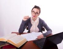 Giovane bello insegnante femminile che si siede ad una tavola Fotografie Stock