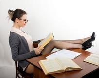 Giovane bello insegnante femminile sexy che si siede alla a Immagine Stock Libera da Diritti
