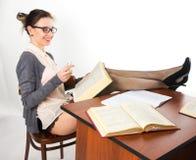 Giovane bello insegnante femminile sexy che si siede alla a Fotografie Stock Libere da Diritti