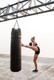 Giovane bello kick boxing allegro di addestramento della ragazza alla spiaggia Immagini Stock Libere da Diritti