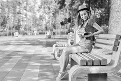 Giovane bello libro di lettura della donna al parco Fotografia Stock