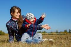 Giovane bello mather felice con il bambino sulla natura all'aperto Immagini Stock Libere da Diritti