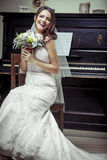 Giovane bello mazzo della tenuta della sposa dei fiori. Immagine Stock Libera da Diritti