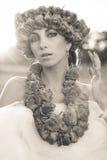 Giovane bello modello con la corona rosa Fotografie Stock