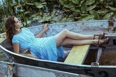 Giovane bello modello di moda che posa sulla barca fotografie stock libere da diritti