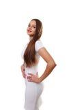 Giovane bello modello femminile in vestito bianco su fondo grigio Fotografia Stock