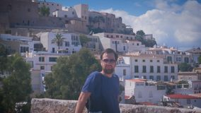 Giovane bello nei suglasses che sorride in Dalt Vila nella città di Ibiza Città Vecchia Eivissa stock footage