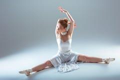 Giovane bello riscaldamento del ballerino Fotografia Stock