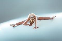 Giovane bello riscaldamento del ballerino Fotografie Stock Libere da Diritti