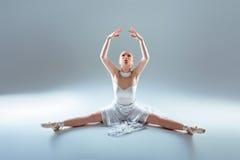 Giovane bello riscaldamento del ballerino Immagini Stock Libere da Diritti