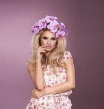 Giovane bello ritratto della donna con la corona dello sho dello studio dei fiori fotografia stock libera da diritti