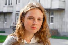 Giovane bello ritratto della donna felice all'aperto Fotografie Stock Libere da Diritti