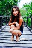 Giovane bello ritratto della ragazza sul ponte di legno nella foresta della mangrovia Immagini Stock Libere da Diritti