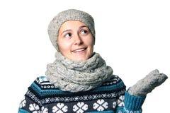 Giovane bello ritratto di inverno della ragazza su fondo bianco Fotografia Stock Libera da Diritti