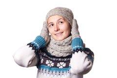 Giovane bello ritratto di inverno della ragazza su fondo bianco, copyspace Immagini Stock