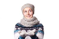Giovane bello ritratto di inverno della ragazza su fondo bianco, copyspace Immagine Stock Libera da Diritti
