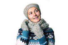 Giovane bello ritratto di inverno della ragazza sul copyspace bianco del fondo Fotografia Stock Libera da Diritti