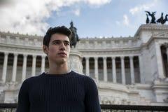 Giovane bello a Roma davanti al monumento di Vittoriano Immagine Stock