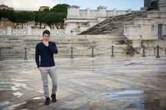 Giovane bello a Roma davanti al monumento di Vittoriano Fotografie Stock